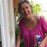 Foto: Marie-Anne maakt de ramen schoon